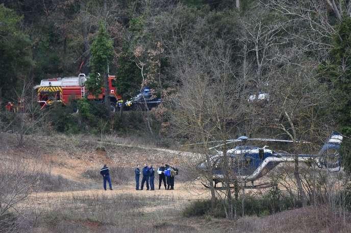 Les forces de gendarmerie et les pompiers près des lieux de l'accident.