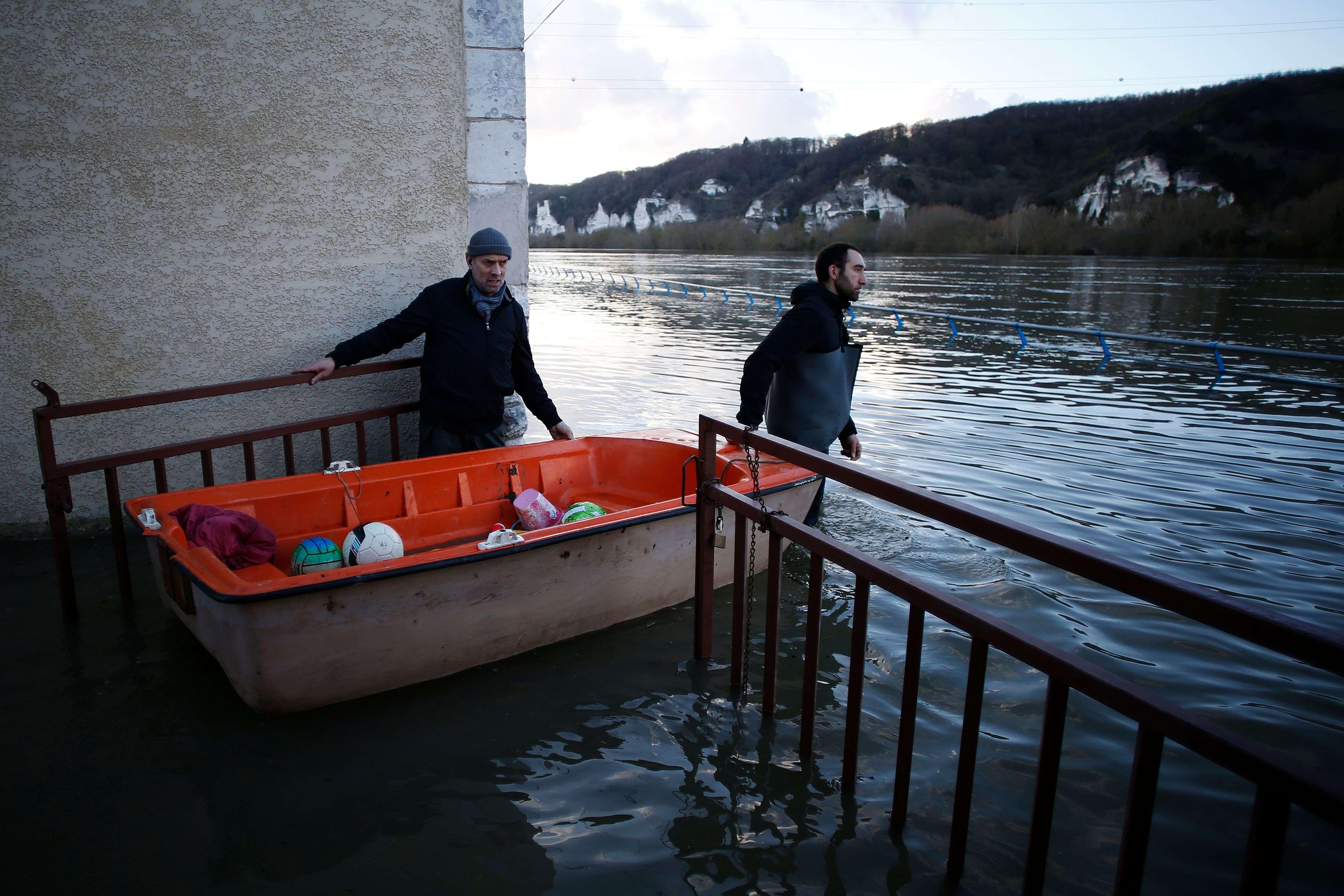 A Cléon, au sud de Rouen, le 1er février.Près de 150 personnes ont été évacuées mercredi soir en prévision de ces débordements.