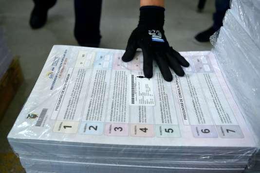 Préparation de matériel électoral avant le référendum en Equateur, à Quito, le 8 janvier. Parmi les sept points soumis au vote figure la limitation des mandats.