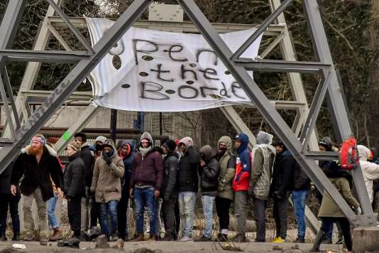 Des migrants font la queue pendant une distribution de nourriture par une association, à Calais, le 2 février.