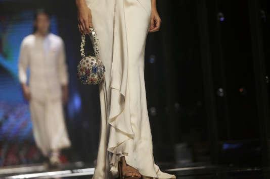 Un défilé de la collection Tarun Tahiliani, durant la Fashion Week de l'été2018 en Inde.