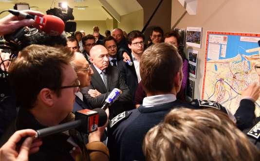 Le ministre de l'intérieur, Gérard Collomb, assiste à une réunion au commissariat de Calais, dans le nuit du 1er au 2 février.
