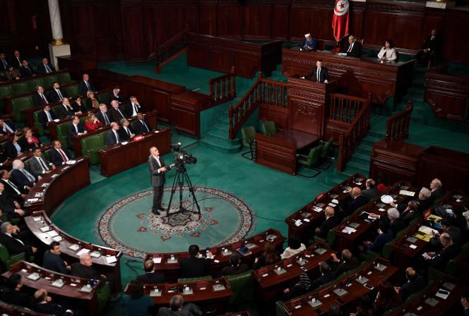 Le président français, Emmanuel Macron, apporte son soutien à la démocratie tunisienne à la tribune de l'Assemblée des représentants du peuple, à Tunis, le 1er février.