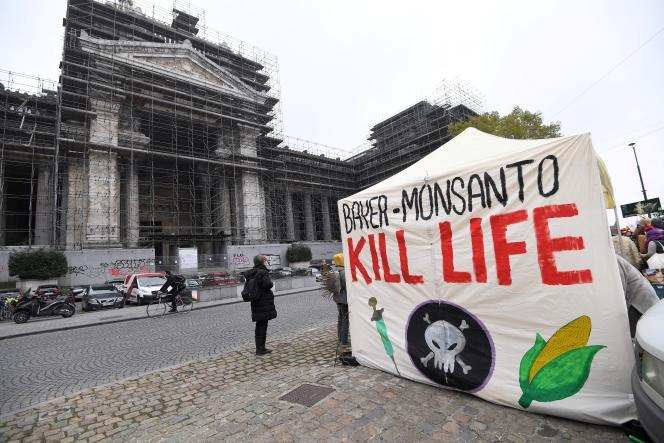 Des militants contre Monsanto devant le palais de justice de Bruxelles, le 9 novembre 2017.
