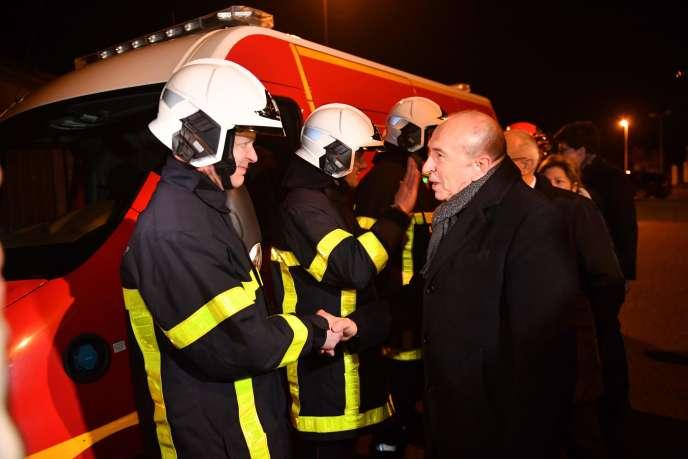 Le ministre de l'intérieur, Gérard Collomb, rencontre des pompiers, à Calais, le 2 février.