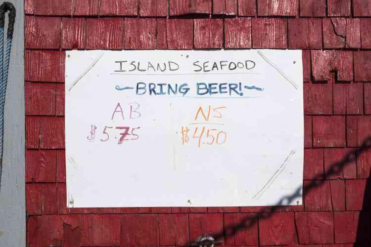 Les homards à la carapace dure, susceptibles d'être expédiés vivants, sont achetés 5,75 dollars la livre. Ils sont en général pêchés au Canada, en hiver. Les homards qui viennent de faire leur mue, pêchés en général pendant l'été et dans le Maine,ont la carapace souple et ne peuvent pas supporter le voyage. Ils sont achetés 4,50 dollars la livre et seront congelés ou cuits.