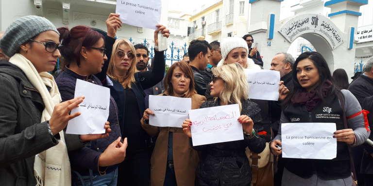 Manifestation de journalistes tunisiens et de la presse internationale devant les locaux du Syndicat national des journalistes tunisiens, à Tunis, le 2 février 2018.