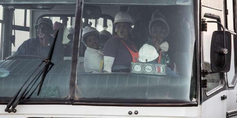 Un bus transporte des mineurs sauvés du puits numéro 3 de la mine d'or de Beatrix, où ils avaient été piégés sous terre à la suite d'une panne de courant, près de la ville de Welkom, le 2 février 2018.