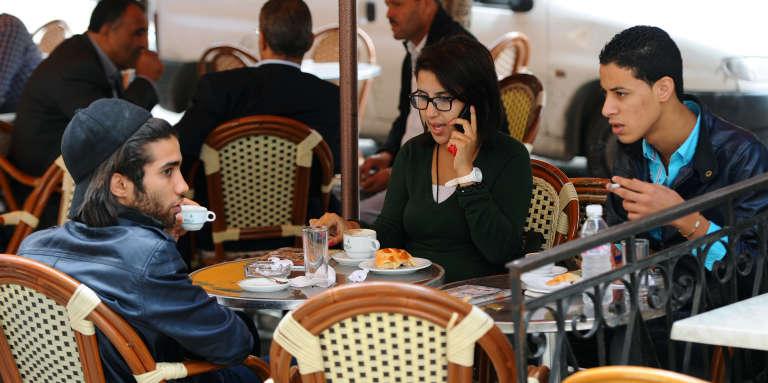 Jeunes tunisiens à la terrasse d'un café de l'Avenue Habib Bourguiba, le 6 novembre 2013.