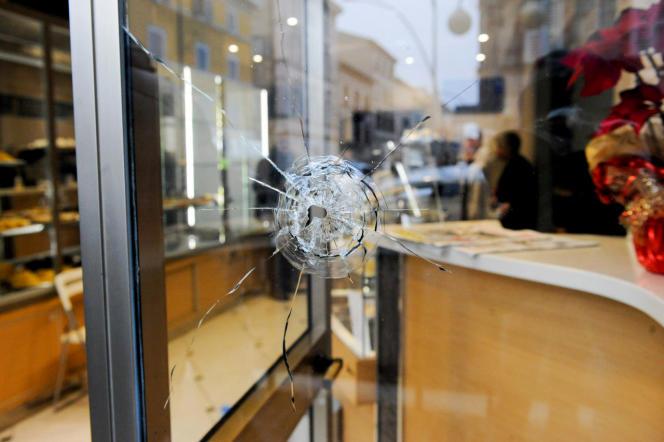 Impact de balle dans la vitrine d'une boutique de Macerata (Italie), après les tirs d'un sympathisant d'extrême droite, samedi3 février.