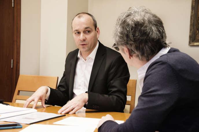 Laurent Berger (g), Secrétaire général de la Confédération française démocratique du travail et Gilles Finkelstein (d), Directeur général de la Fondation Jean-Jaurès , dans les locaux de la CFDT.