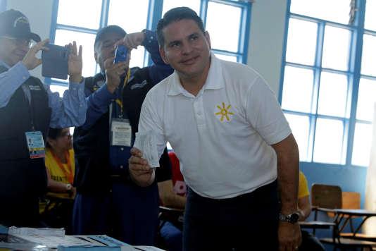 Fabricio Alvarado dans un bureau de vote de San José, le 4 février.