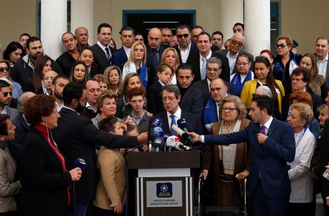 Le président sortant délivre un discours à la sortie du bureau de vote, dans la ville de Limassol, le 4 février.