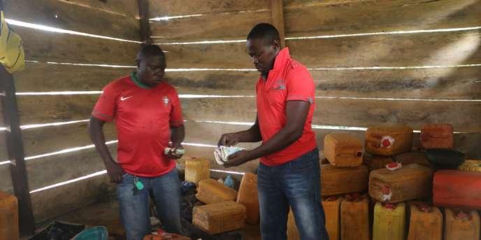 A Ekok, dans l'ouest du Cameroun, le litre d'essence coûte 500francs CFA, contre 650francs CFA dans les stations-service du pays.