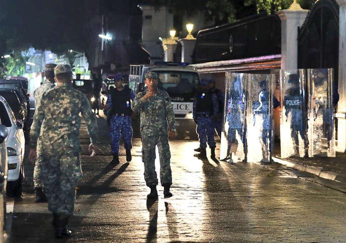 Patrouille policière dans les rues de Malé, la capitale des Maldives, lundi5 février.
