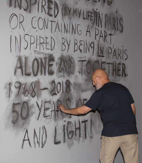 """«Au fil de soixante ans de production, l'œuvre de Jim Dine n'a cessé de se métamorphoser. Refusant tout cloisonnement propre à un mouvement, l'artiste s'est au contraire attaché à affirmer sa totale indépendance et son affranchissement des canons esthétiques auxquels on aura voulu le réduire. Pour autant, conjuguant le langage de l'expressionnisme abstrait et du pop art auquel on l'a trop vite assimilé, c'est en mêlant peinture et objet que Dine élabore ses premières pièces : """"I started to use paint in a way as though paint was an object itself"""". Avec ces mots, Dine évoque ses débuts et la singularité de sa démarche, dans un contexte renvoyant dos à dos les tenants de la peinture pure et ceux héritiers des assemblages néo-dadaïstes de l'art américain de l'après-guerre. Les œuvres qui suivent font partie de l'exceptionnelle donation de l'artiste au Centre Pompidou. Elles constituent les jalons de son parcours.»"""