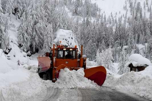 Chasse-neige sur une route de l'Isère, le 9 janvier.