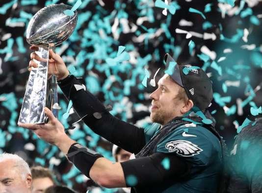 Le joueur des Philadephia Eagles Nick Foles célèbre la victoire de son équipe au Super Bowl, à Minneapolis (Minnesota), le 4 février.