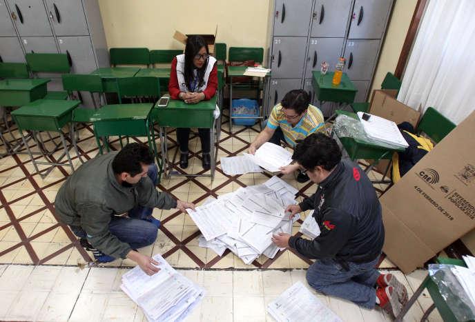 Lors du dépouillement du référendum, dans un bureau de vote de Quito, le 4 février.