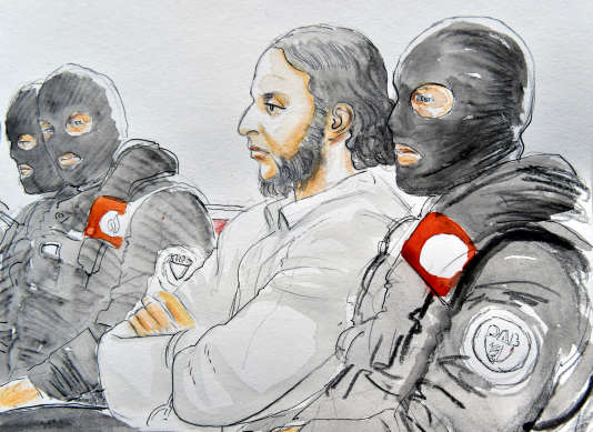 Salah Abdeslam entouré de plusieurs policiers encagoulés.