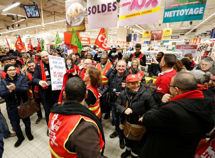 Les manifestants de la CGT ont bloqué durant plusieurs dizaines de minutes les caisses de l'hypermarché Carrefour de la Porte de Montreuil, pour protester contre le plan de restructuration annoncé par l'entreprise.