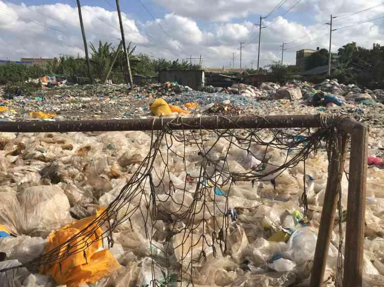 Dandora n'en finit pas de grossir. Le mini-terrain de football, qui accueillait naguère des parties endiablées, est englouti sous les plastiques.