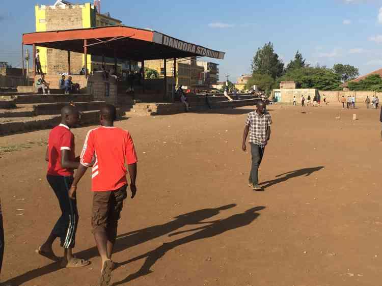 A Dandora, il y a un terrain de foot pour le million d'habitants. Jack et son association y organisent des entraînements tous les jours pour les filles et les garçons.