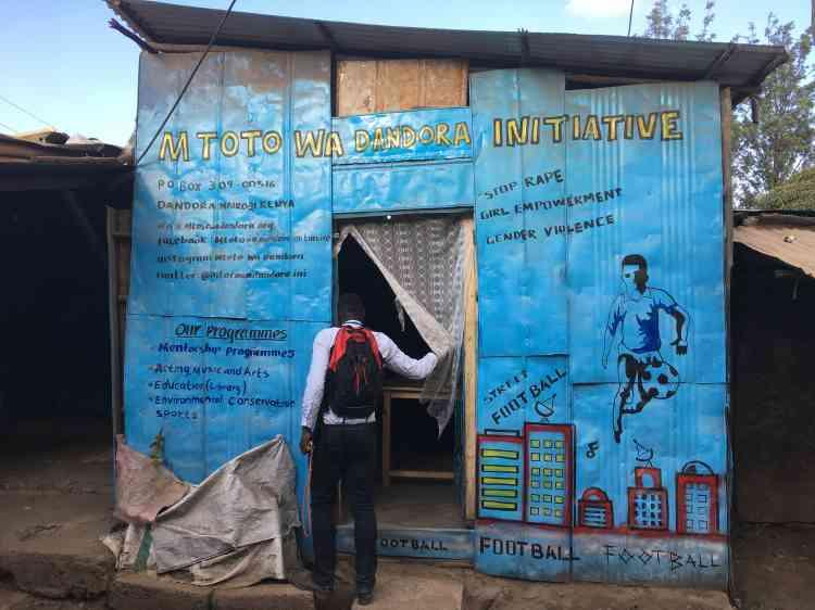 Jack Obura milite pour la fermeture de la décharge. Avec son association, Les enfants de Dandora, il propose des activités culturelles et sportives à une centaine de jeunes («de 5 à 13 ans,après c'est trop tard») pour leur offrir une alternative aux ordures ou au crime.