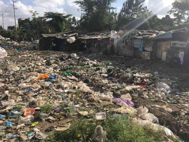 Environ un million de personnes s'entassent dans un continuum de bidonvilles autour de la décharge. Les plus démunis dorment dans des cahutes à même le dépotoir.