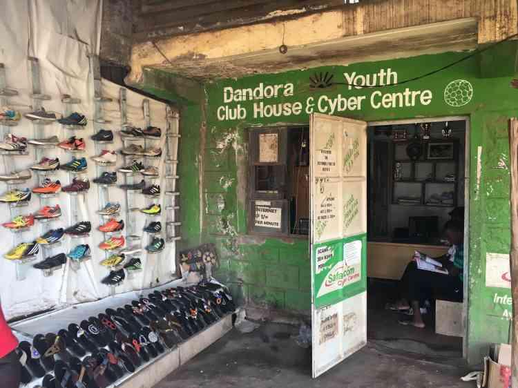 Au siège du club de football de Dandora, on peut acheter des chaussures à des prix défiant toute concurrence, mais aussi surfer sur Internet.