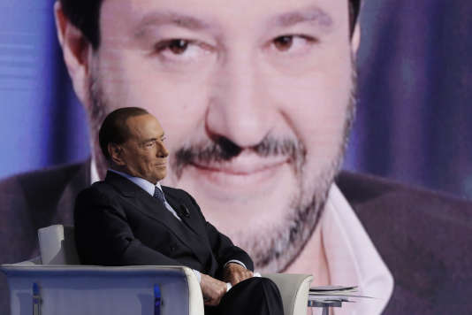 L'ancien premier ministre italien Silvio Berlusconi, avec en arrière-plan Matteo Salvini, le dirigeant de la Ligue du Nord, lors de l'enregistrement d'une émission télévisée sur la RAI, à Rome, le 11 janvier 2018.