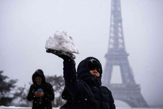 Sur la place du Trocadero, devant la tour Eiffel, lundi 5 février.