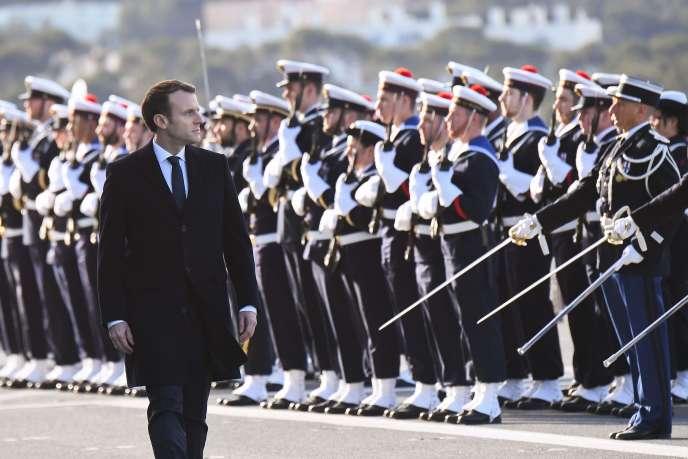 Emmanuel Macron passe en revue les troupes de la marine nationale française sur la base de Toulon (var), le 19 janvier.