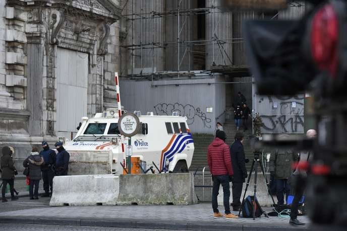 Devant le palais de justice de Bruxelles, au premier jour du procès de Salah Abdeslam, lundi 5 février 2018.