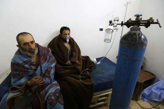 Des Syriens pris en charge dans un hôpital des environs de Saraqeb, en Syrie, le 4 février.