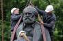 Déplacement d'une statue de Karl Marx, à Berlin, en 2010.