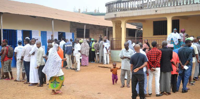 File d'attente devant un bureau de vote à Conakry, le 4 février à 2018.
