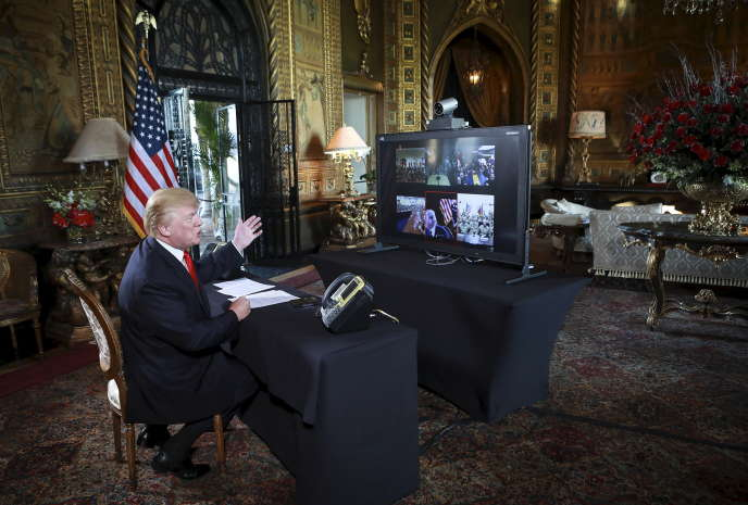 Donald Trump, lors d'une téléconférence avec des représentants de l'armée, dans sa résidence de Mar-a-Lago, à Palm Beach (Floride), le 24 décembre 2017.