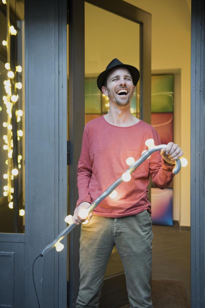 Maarten Baas et l'une de ses créations, un luminaire de la série LEDS Clay (en collaboration avec Bertjan Pot),à Milan, pendant le Salon du meuble, en 2015.