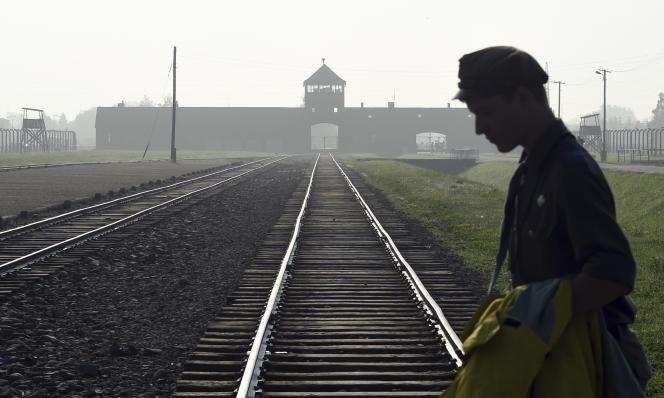 «Une peine de trois ans de prison pour qui porte atteinte au renom du pays en rappelant la responsabilité polonaise, telle est la loi qui vient d'être signée» (L'entrée du camp d'extermination d'Auschwitz-Birkenau, en Pologne, le 29 juillet 2016).