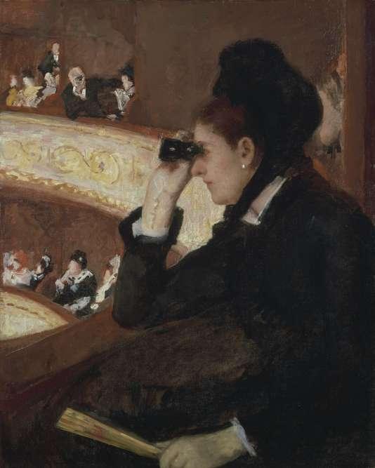 «L'ami Degas fréquente les jeunes ballerines, les coulisses de l'opéra de la rue LePelletier et les maisons de passe avoisinantes. La distinguée miss Cassatt se tourne plutôt vers les loges, comme Renoir, comme Gervex, créant l'image sophistiquée de l'observatrice observée, par nous, mais aussi par un homme à l'arrière-plan. La tenue de ville suggère que nous sommes dans une représentation en matinée, et que le modèle a donc pu se rendre seule au spectacle.»