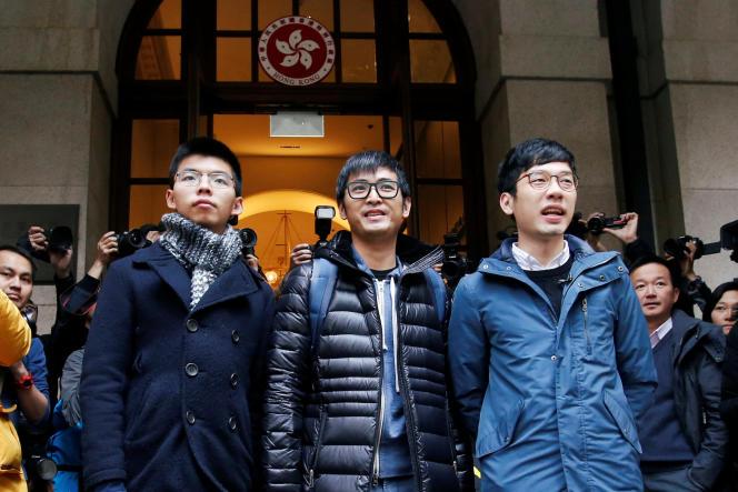 Joshua Wong, Alex Chow et Nathan Law à leur sortie de la Cour suprême après l'annulation de leur peine de prison, le 6 février.
