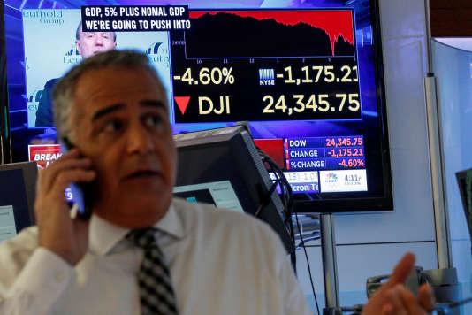 Un tradeur après la clôturede la Bourse de New York et la chute de l'indice Dow Jones, le 5 février.