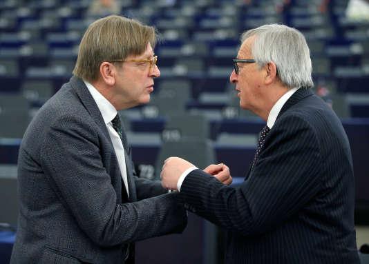 « Il s'agissait de contrer les proeuropéens, et Emmanuel Macron en particulier, de crainte que les listes transnationales ne bousculent la politique européenne» (Le président de la Commission européenne Jean-Claude Juncker (à droite) avec Guy Verhofstadt au Parlement européen à Strasbourg, le 6 février).