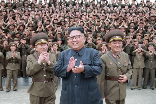 Kim Jong-un entouré de militaires nord-coréens, le 14 août 2017.