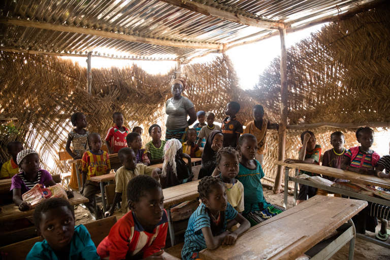 Classe de CP1 du village de Békouré, où Safietou Zouré encadre 74 élèves sous paillote.