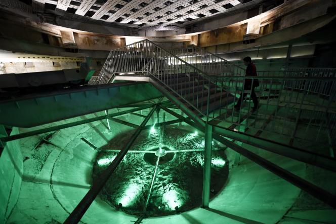 A Chongqing, le 21 février, un touriste visite l'installation « 816 Nuclear Military Engineering », ouverte au public. C'est dans cette ancienne base chinoise très secrète qu'a été fabriqué leplutonium des premières bombes atomiques chinoises pendant la guerre froide.