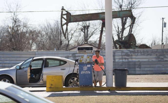 Une station-service à proximité d'une unité de pompage de pétrole, à Oklahoma City, en février 2016.
