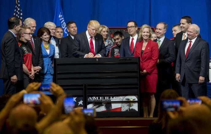 Donald Trump lors de la signature du décret visant à réformer le programme de visas H1B, destinés aux travailleurs hautement qualifiés, à Kenosha (Wisconsin), en avril 2017.