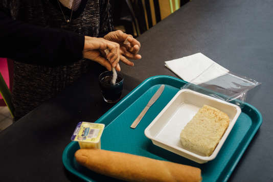 Fatima est une femme isolée présente dans le centre d'hébergement depuis plusieurs semaines.Depuis qu'elle est à la rue, cette femme de 60 ans a pourtant enchaîné les hébergements temporaires. Celui de Monceau est le quatrième.